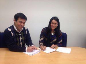 Julio Alejandro Troncoso (M&R Chile)y Carolina Fernanda Muñoz (Work & Projects) firmando el convenio de colaboración